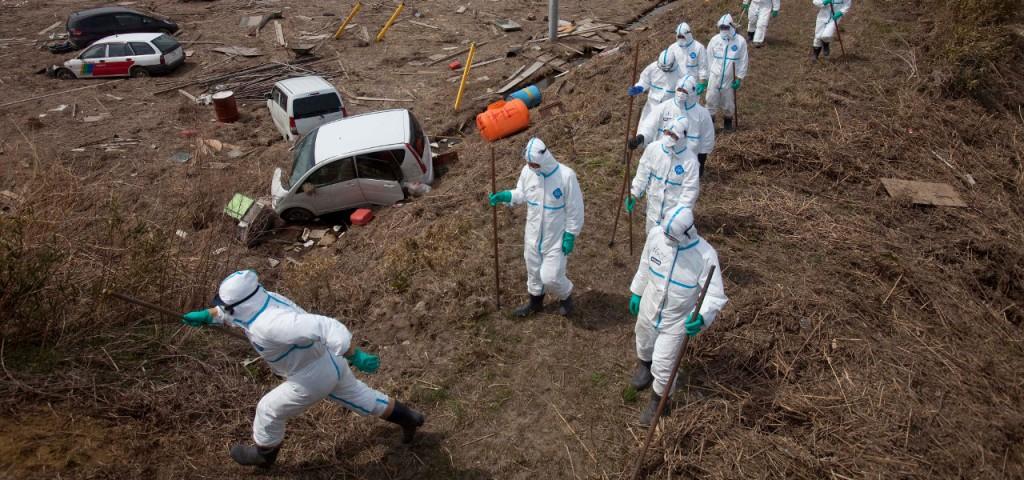 """Lontano dalle strade, la radioattività è superiore al tollerabile, persino nelle zone dichiarate come """"decontaminate"""". Secondo il governo di Tokyo, i cittadini potrebbero farvi ritorno con tranquillità."""