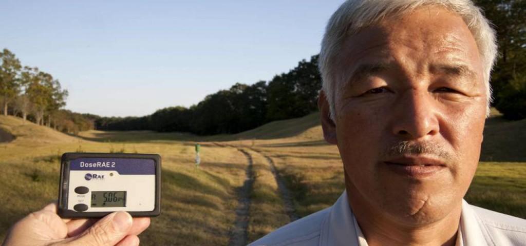 Naoto Matsumura vive in un ambiente fortemente radioattivo, come documenta il dosimetro posto a meno di un metro dal suo viso.