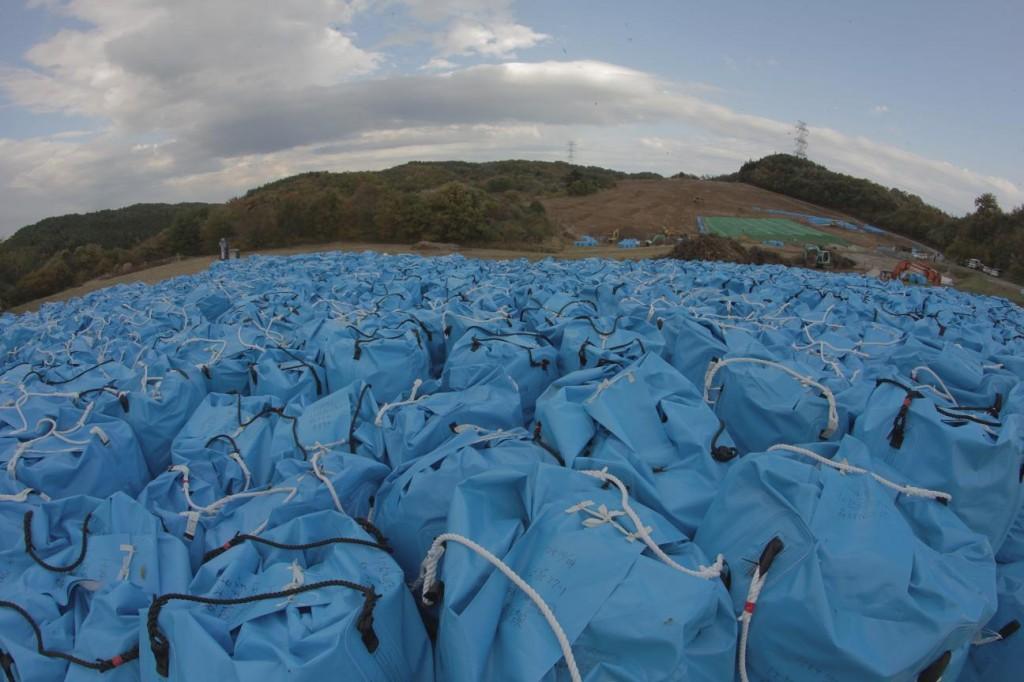Un programma di bonifica sta rimuovendo lo strato superficiale di terreno dalle zone montane maggiormente colpite dalla piuma radioattiva, immagazzinandolo in migliaia di sacchi accatastati nelle vallate.