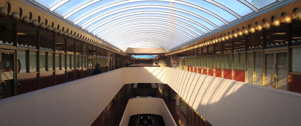 Il contrasto fra lo stile anni Sessanta dell'architettura e l'avanzatissima tecnologia genetica lo fa ricadere nel genere steampunk.